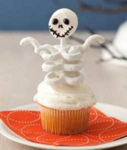 chocolate-coated-pretzel-skeleton-cupcakes